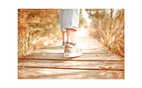 Anfahrt   Füße auf einem Weg