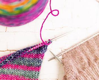 Stricknadeln mit Wolle für Strickkurse online